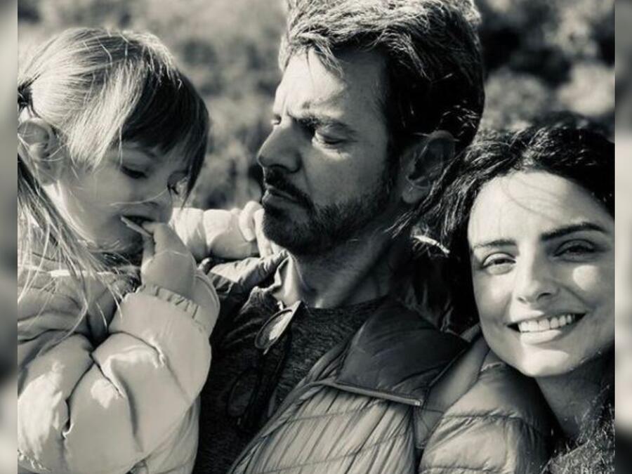 Eugenio Derbez, Aislinn Derbez y Kailani abrazados