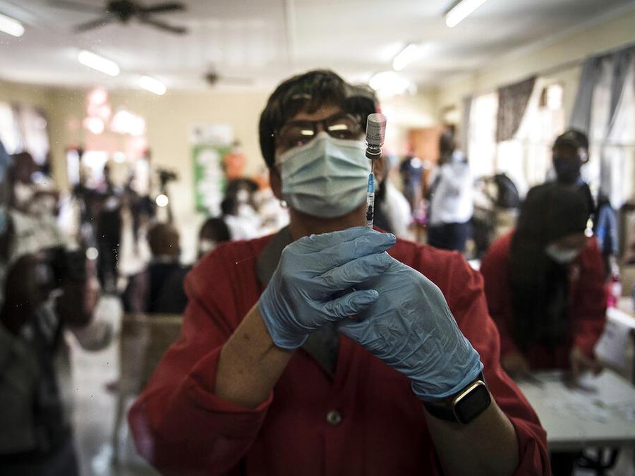 Una trabajadora sanitaria prepara una dosis de la vacuna de Johnson & Johnson en Sudáfrica, donde su administración fuera de ensayos clínicos empezó hace mennos de dos semanas.