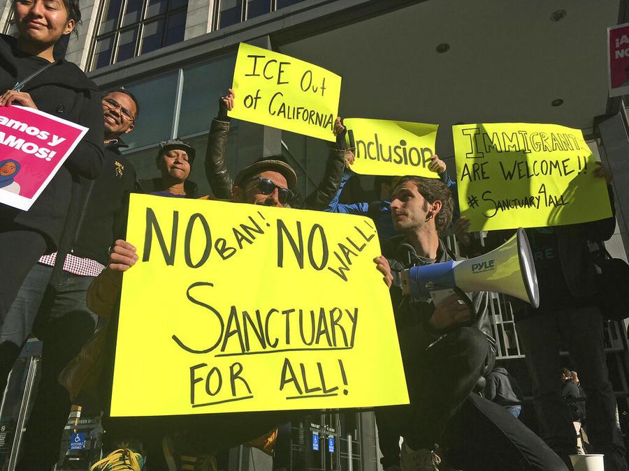 Manifestantes sujetan carteles a favor de las 'ciudades santuario' en San Francisco, California.