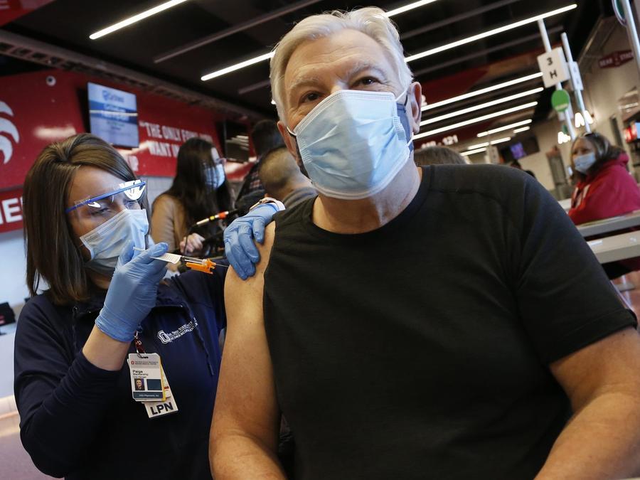 Personal sanitario administra la vacuna de Johnson & Johnson a un paciente en Ohio, el 2 de marzo de 2021.