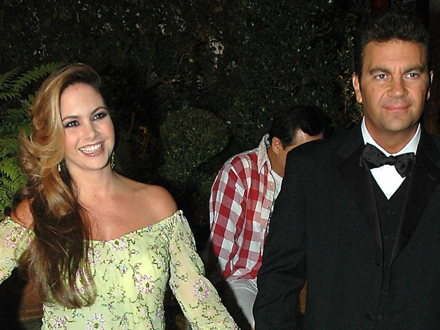 Lucero y Mijares desfilan por la alfombra roja de la edición 21 de los Premios Tv y Novelas/México, 2004.
