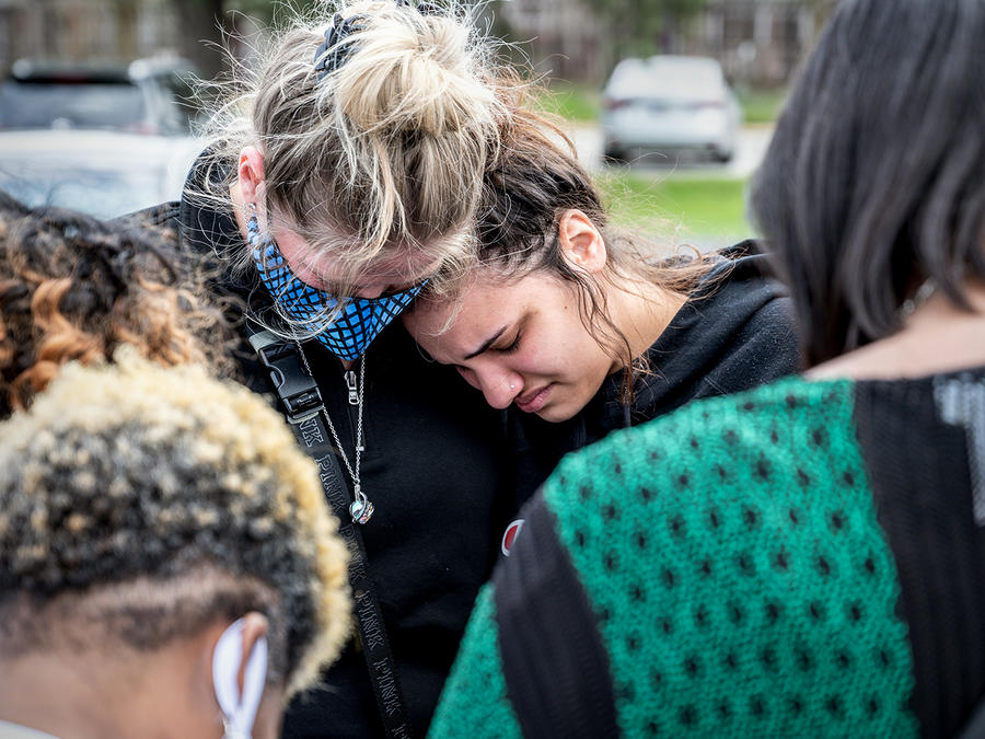 Varias personas se reúnen, rezan y lloran en una vigilia en la Iglesia Bautista Misionera Olivet el 17 de abril de 2021 en Indianápolis, Indiana. La vigilia se llevó tras un tiroteo en una instalación de FedEx que dejó al menos ocho personas muertas y cin