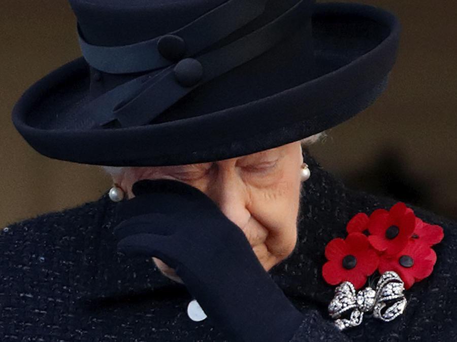 Reina Elizabeth llorando vestida de negro en luto