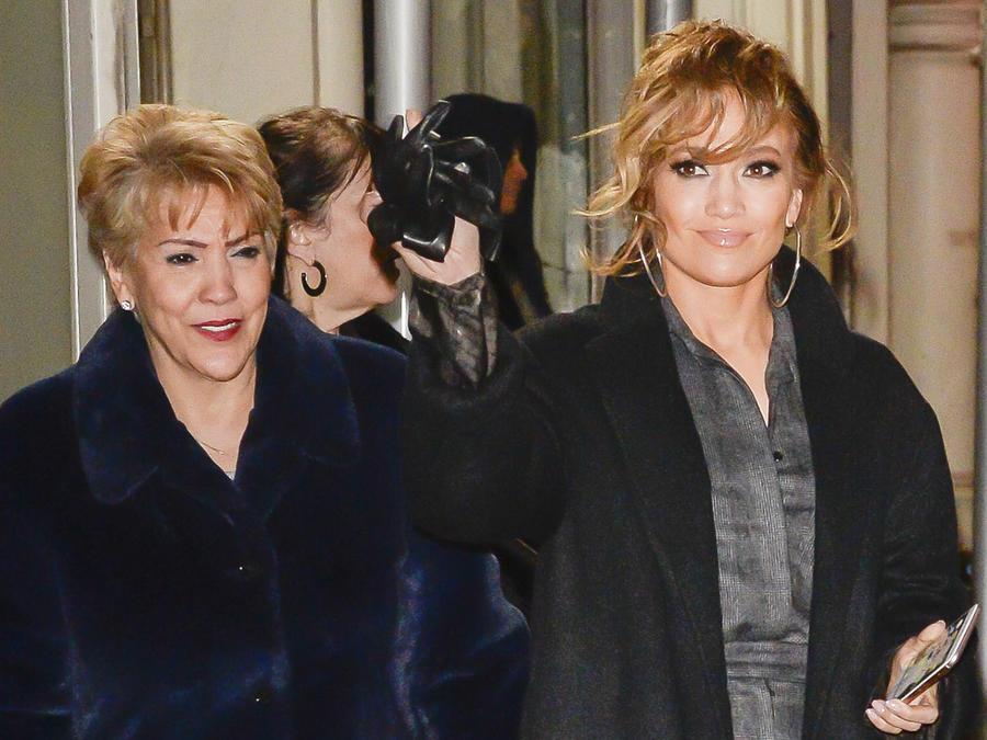 Jennifer Lopez con su mamá, Guadalupe Rodriguez con abrigos.