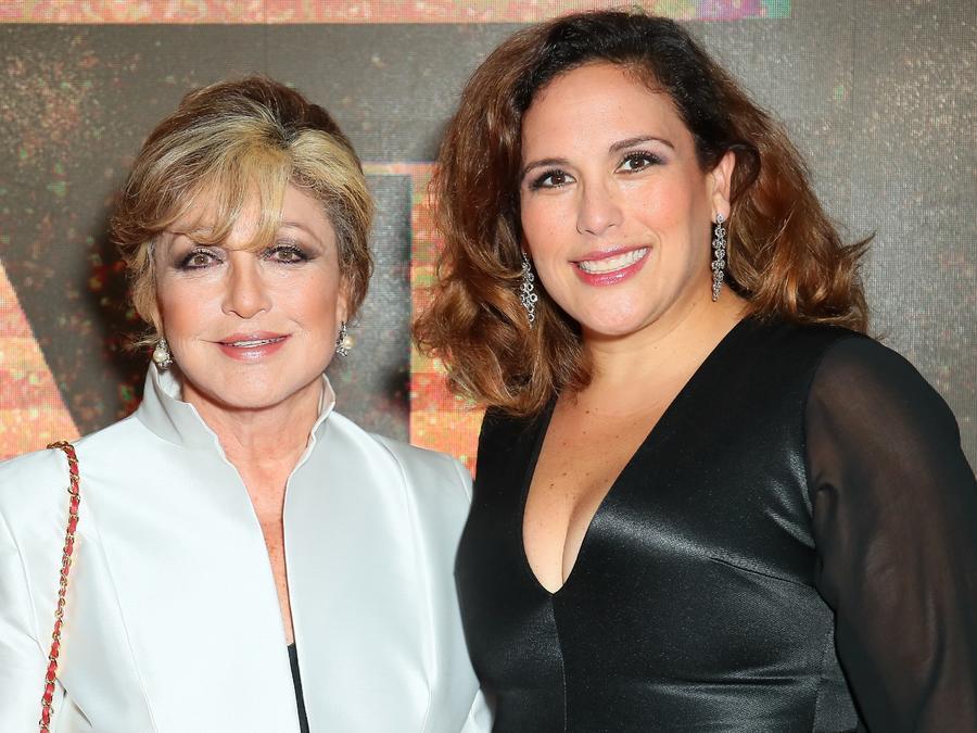 Angélica María y Angélica Vale asisten a la 98a Gala Anual de Premios de Instalación y Trayectoria de la Cámara de Comercio de Hollywood.