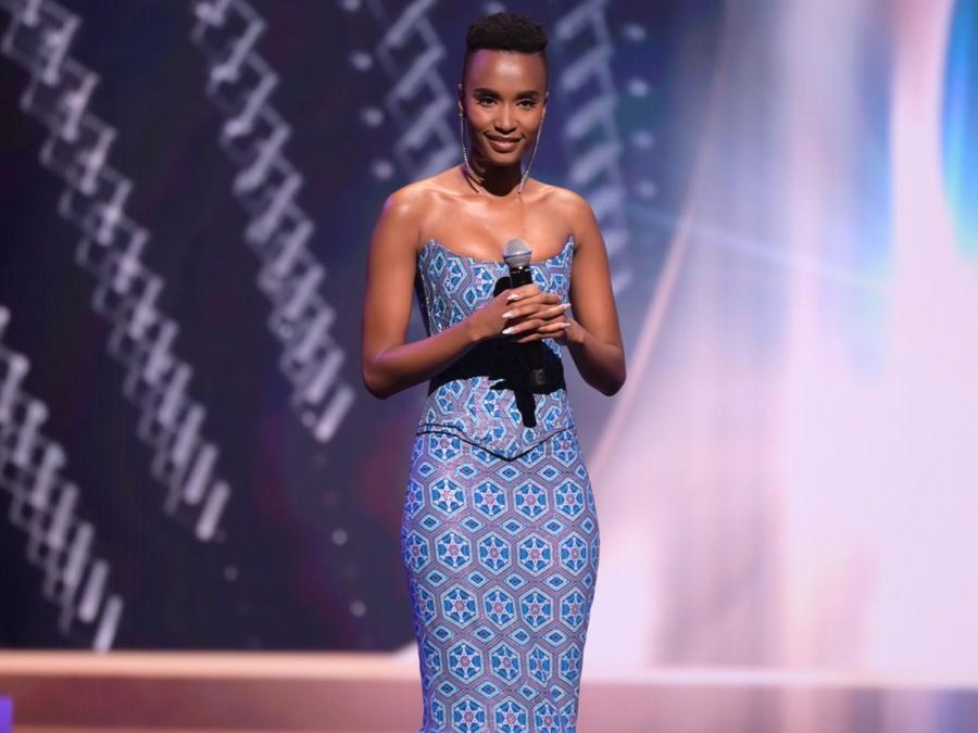 Zozibini Tunzi, Miss Universo 2019, en Miss Universo 2021 69 edición, ceremonia preliminar