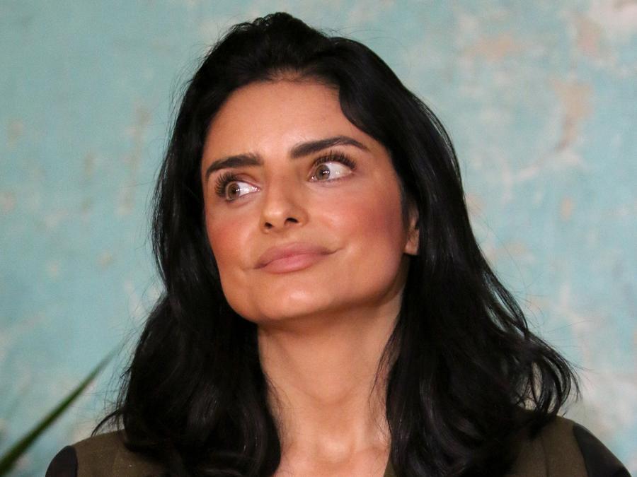 Aislinn Derbez posando en presentación de marca de ropa