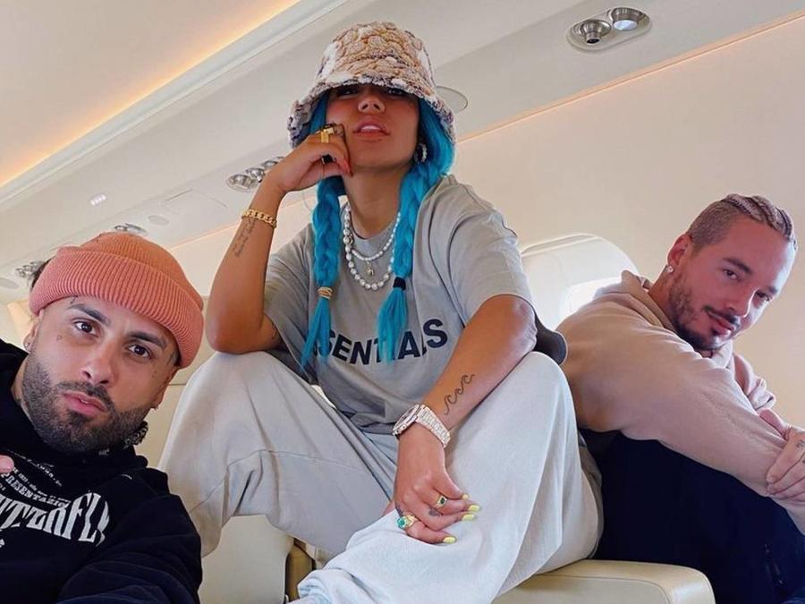 Nicky Jam, Karol G y J Balvin en jet privado