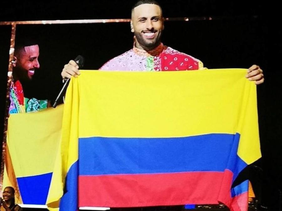 Nicky Jam con la bandera de Colombia