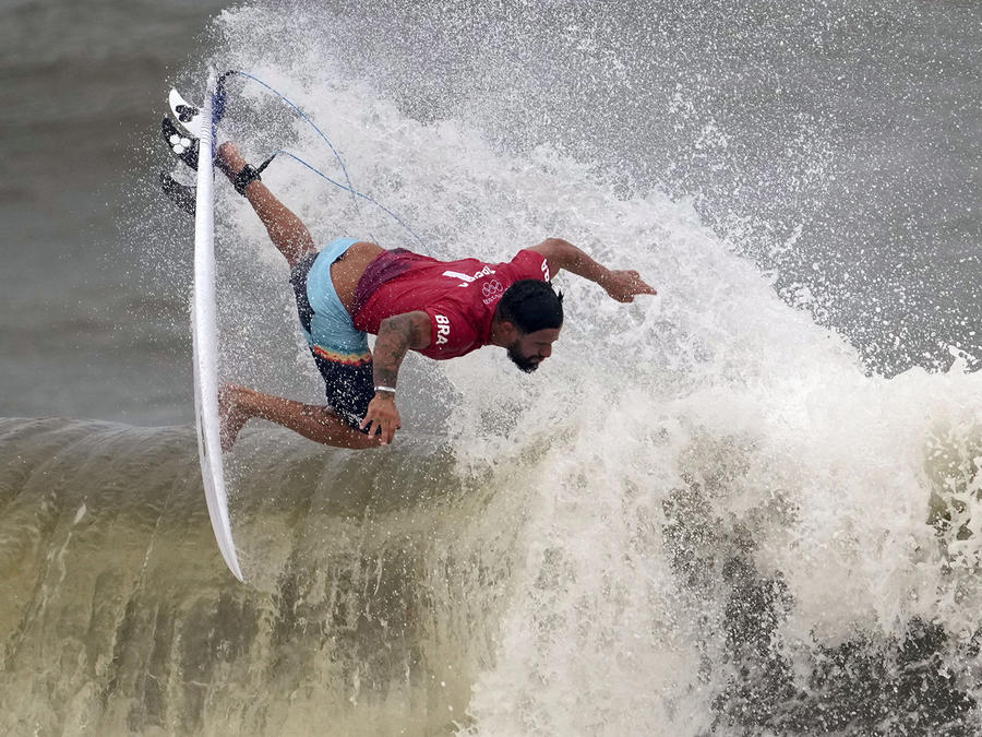 El brasileño Italo Ferreira maniobra sobre una ola durante la tercera ronda de la competencia masculina de surf en los Juegos Olímpicos, el lunes 26 de julio de 2021, en la playa Tsurigasaki en Ichinomiya, Japón.