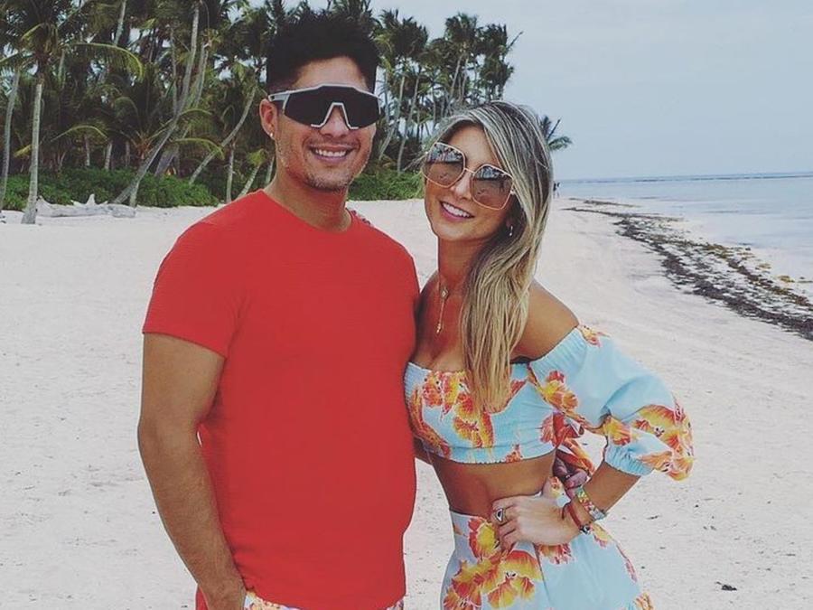 Chyno Miranda y su esposa Natasha Araos en la playa