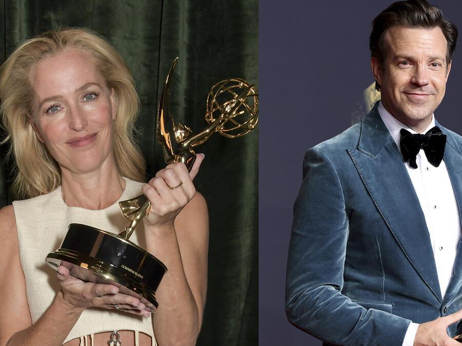Jason Sudeikis y Gillian Anderson con sus premios Emmy, en 2021.