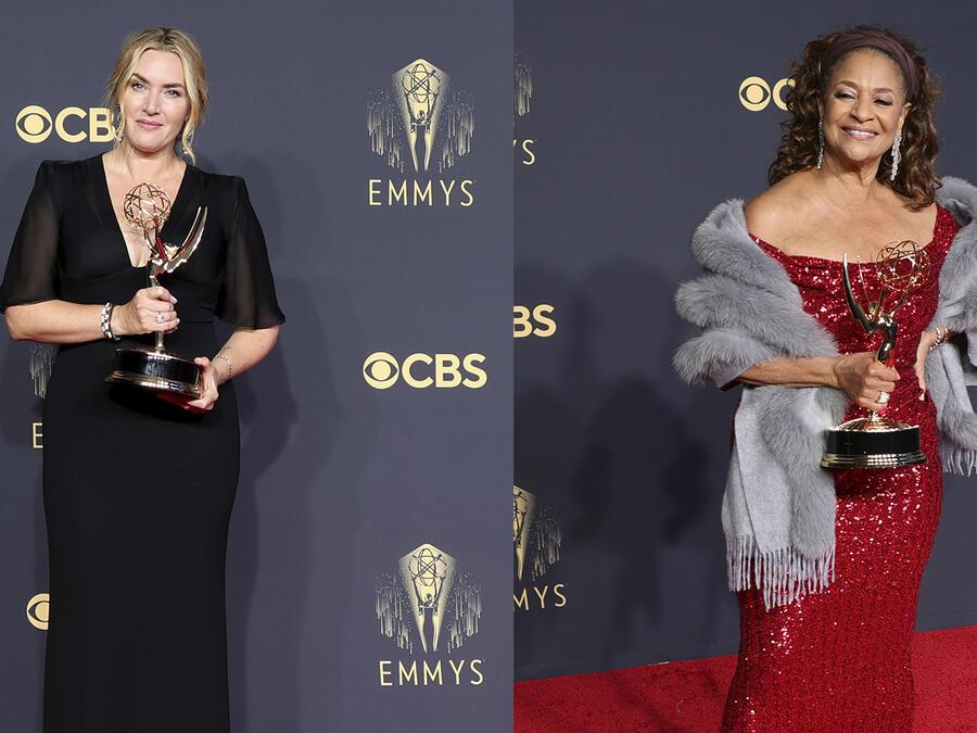 Kate Winslet y Debbie Allen con sus premios en los Emmys 2021.