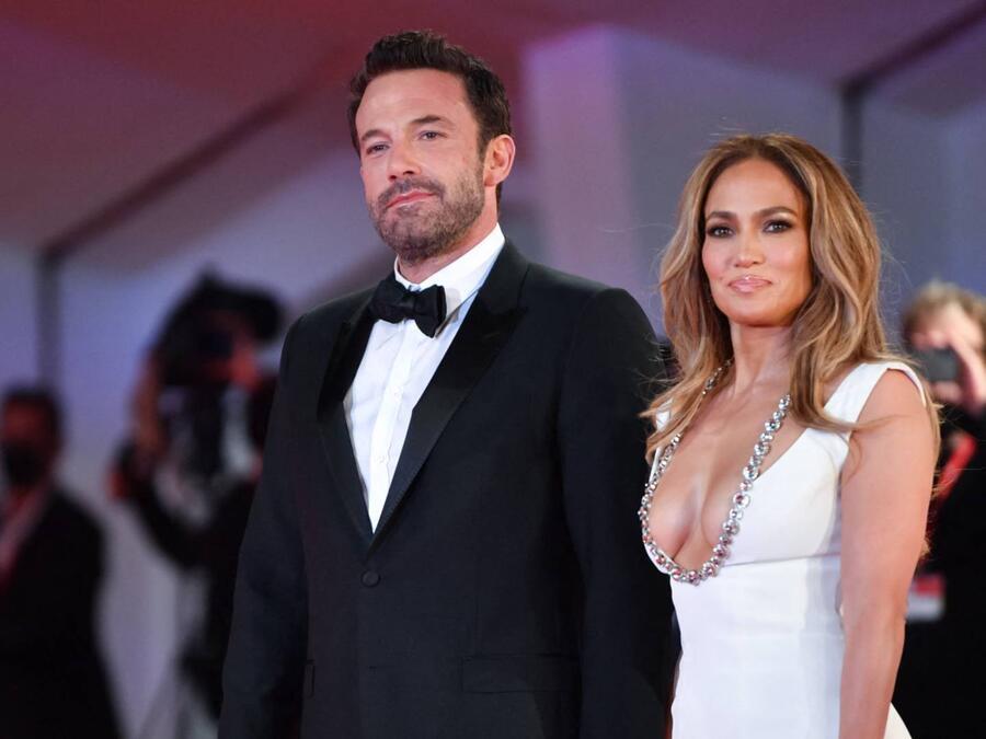 Ben Affleck y Jennifer Lopez en la alfombra roja de 'The Last Duel' durante el Festival de Cine en Venecia, Italia