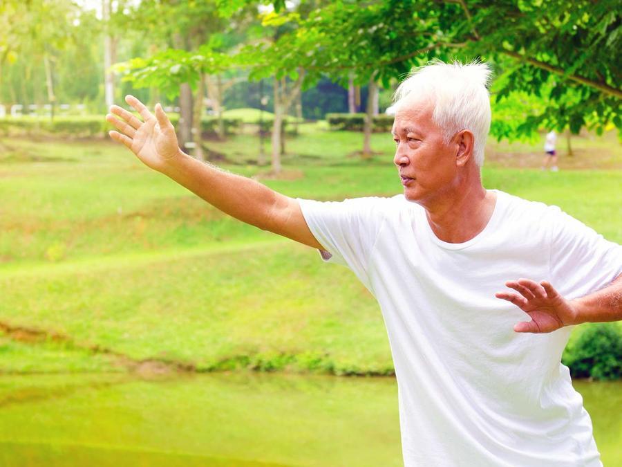 anciano practicando tai chi