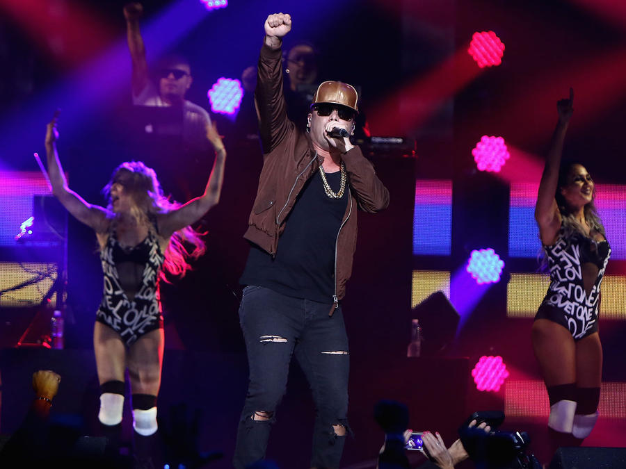 Wisin y sus bailarinas en el iHeartRadio Fiesta Latina