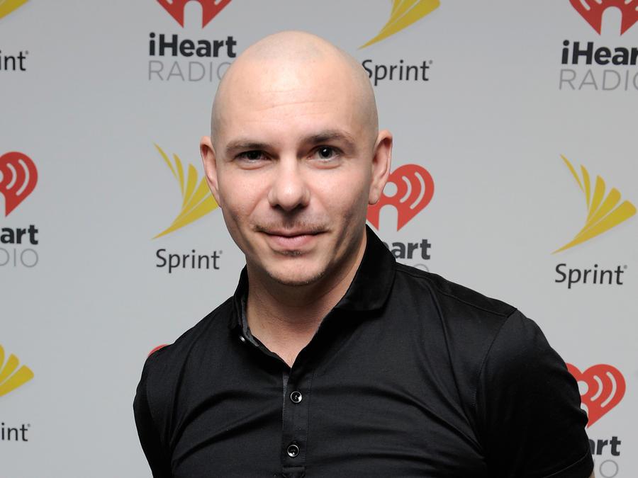 Pitbull detrás de cámaras en el iHeartRadio Fiesta Latina