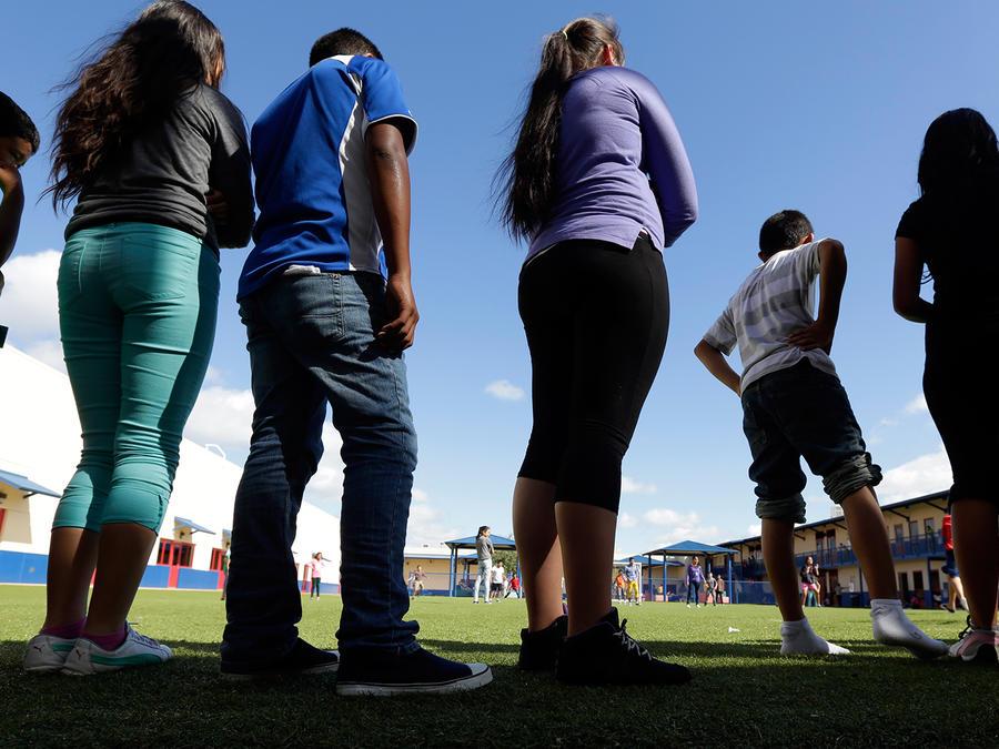 Foto de archivo: Menores indocumentados que cruzaron solos hacen fila