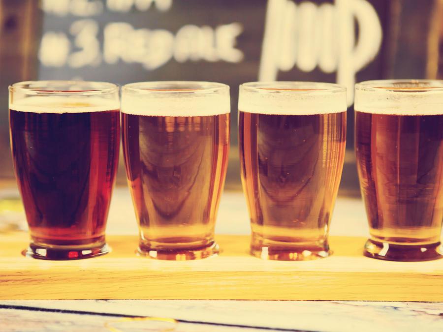 Cuatro vasos de cerveza