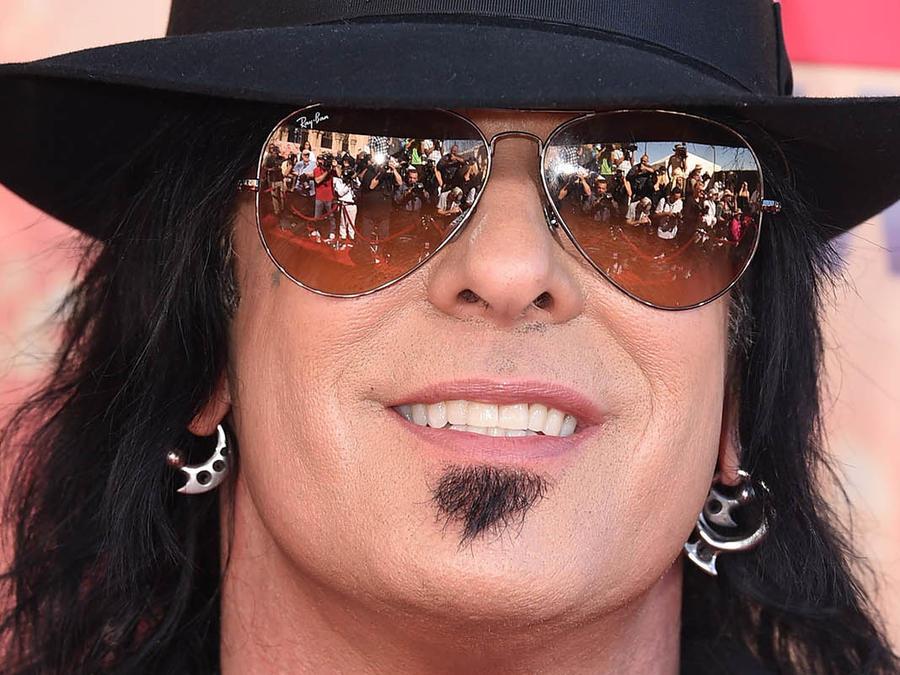Nikki Sixx con sombrero negro, gafas oscuras y collares
