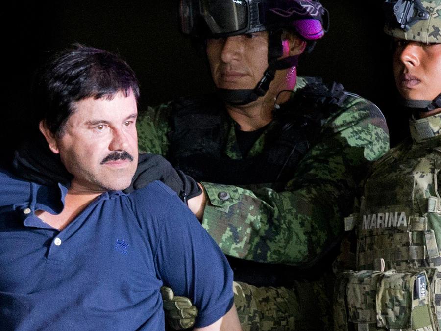 Soldados escoltan a 'El Chapo' Guzmán el 8 de enero de 2016 después de que lo volvieran a capturar, tras fugarse de una prisión de máxima seguridad en México.