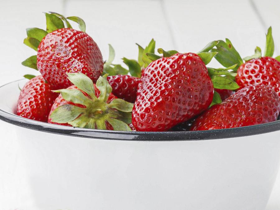 Fresas en bowl blanco