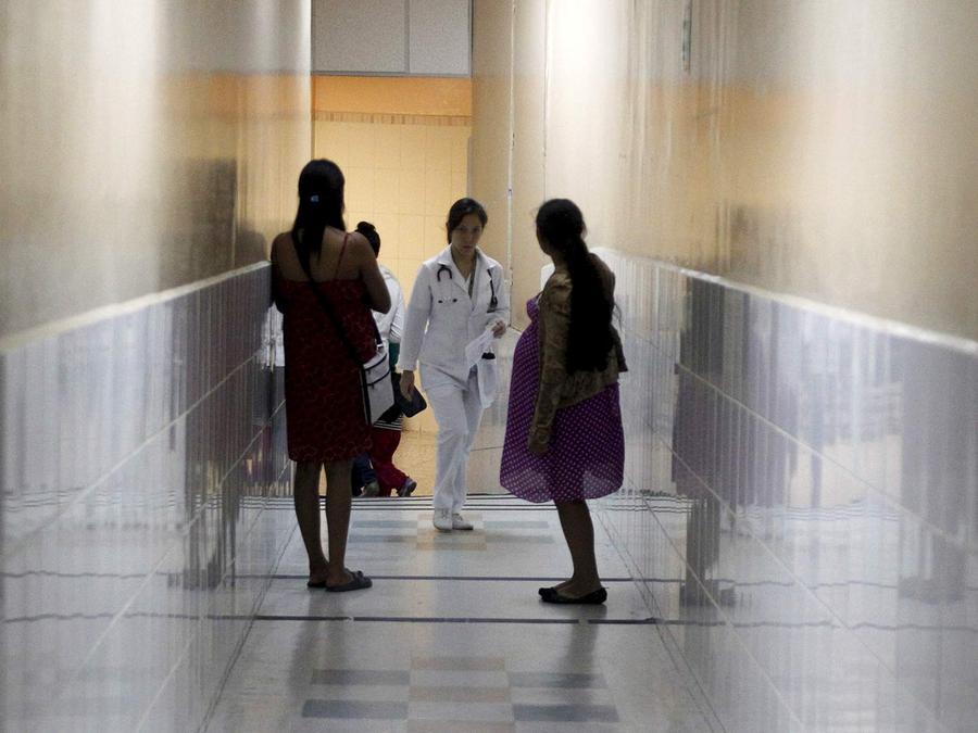 Pasillo de hospital con pacientes