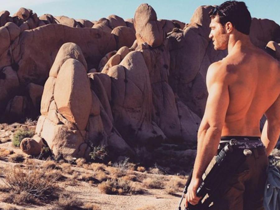Evan Antin sin camisa en el desierto