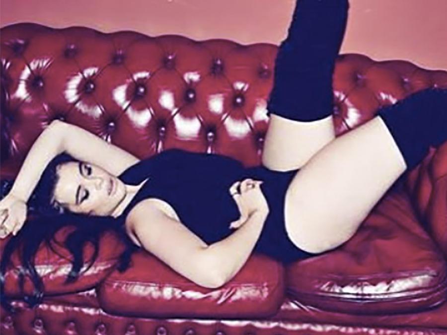 Barbie Ferreira recostada en un sillón rojo