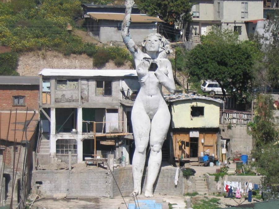 Casa en Tijuana con escultura de mujer desnuda al frente