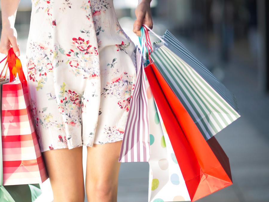 Mujer camina con bolsas de compras