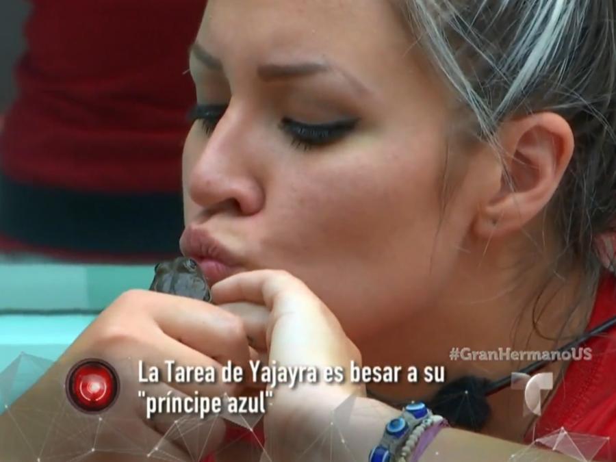 Yaya dándole un beso a un sapo en la sala de la casa de Gran Hermano