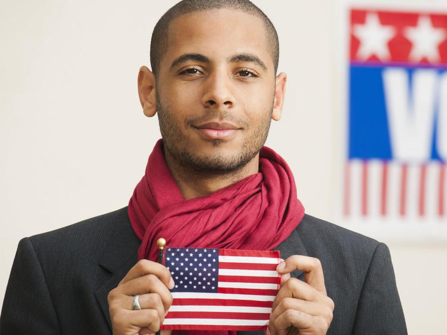 Hispano muestra la bandera