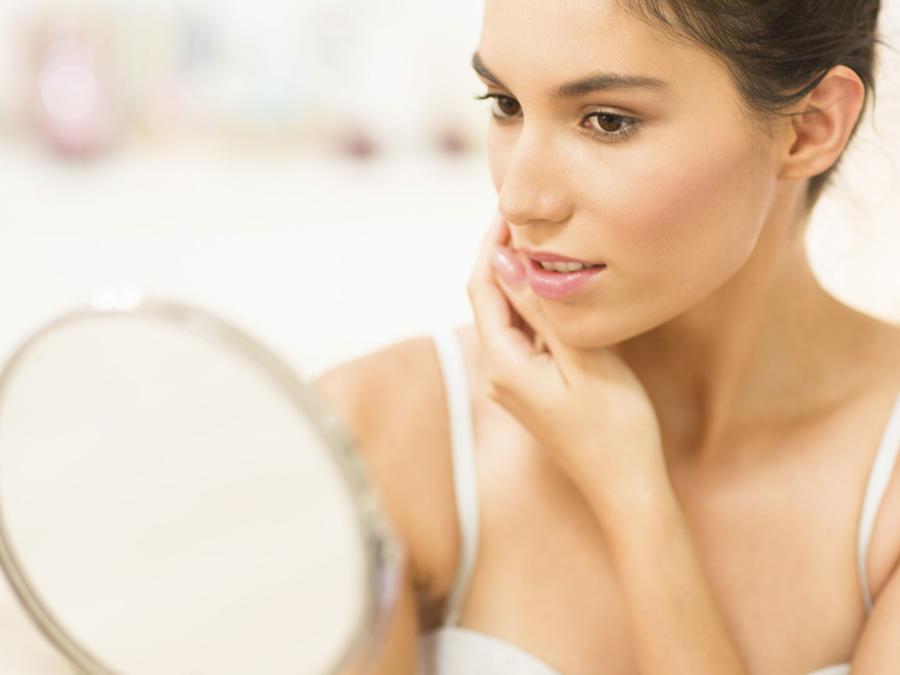 Mujer admirándose en el espejo