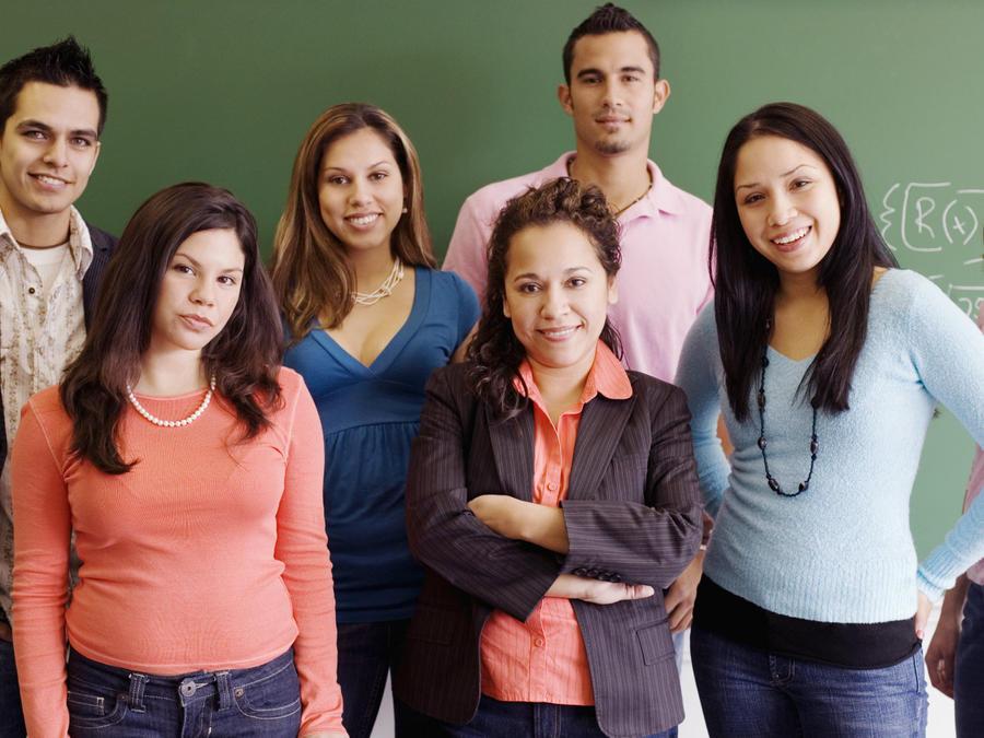 Estudiantes hispanos en salon de clases