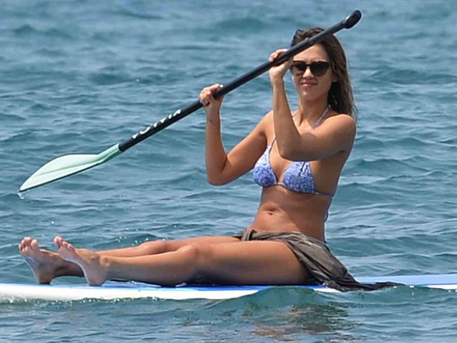 Jessica Alba haciendo paddleboard en Hawaii