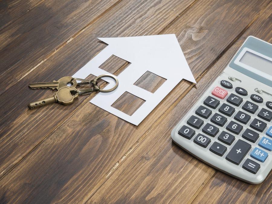 Calculadora, casa y llaves