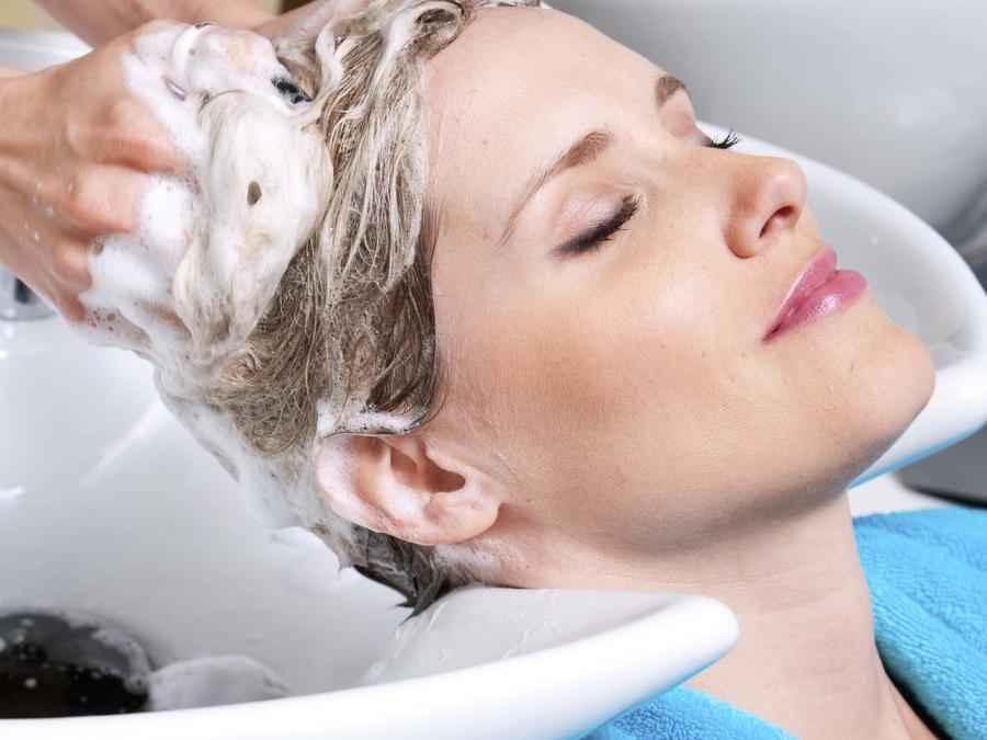 lavarse el cabello en el salón de belleza