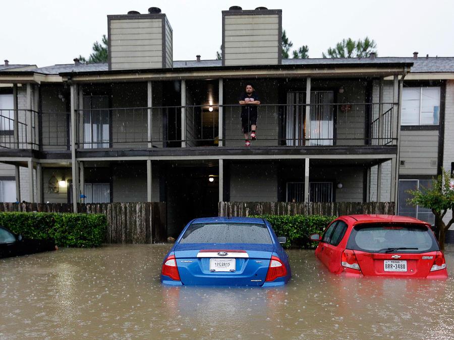 Las torrenciales lluvias han dejado al menos un pie de agua y causado severas inundaciones en Houston, Texas el lunes 18 de Abril del 2016
