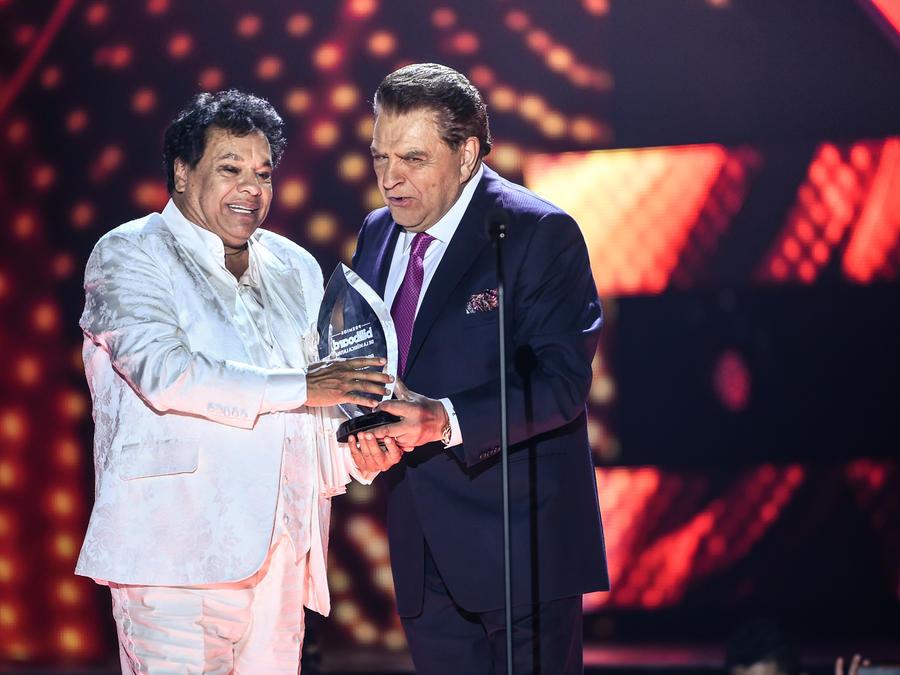 Juan Gabriel recibe reconocimiento en Premios Billboard 2016