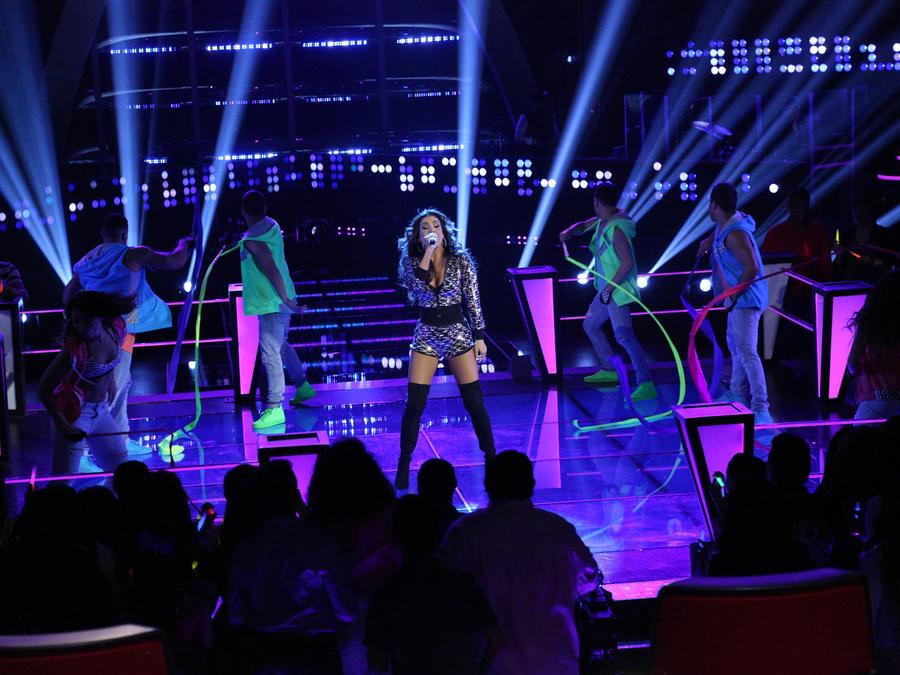 Patricia Manterola cantando en la ronda de batallas La Voz Kids 2016