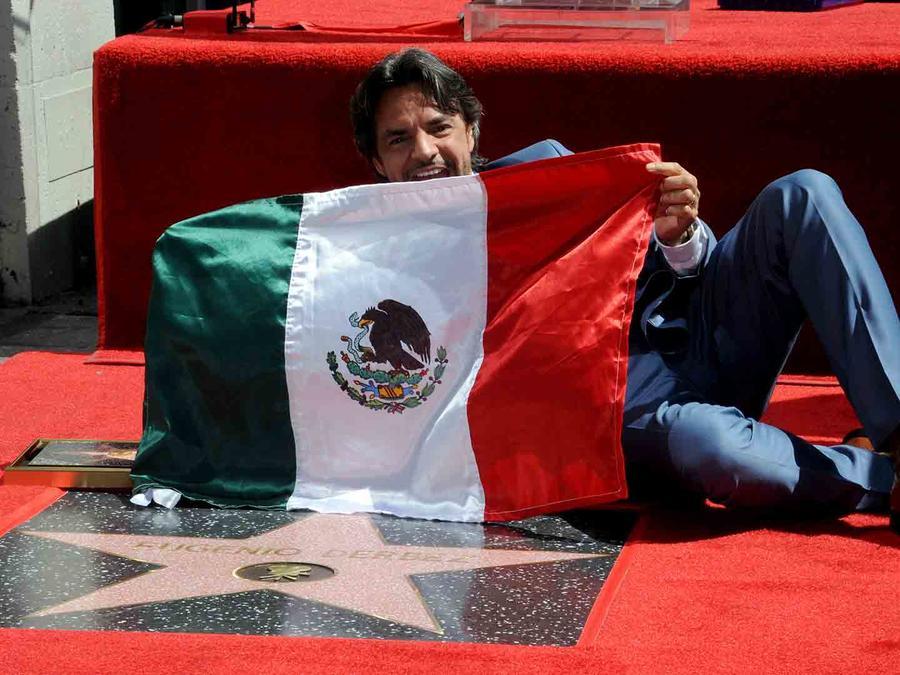 Eugenio Derbez junto a su estrella en el Paseo de la Fama en Hollywood