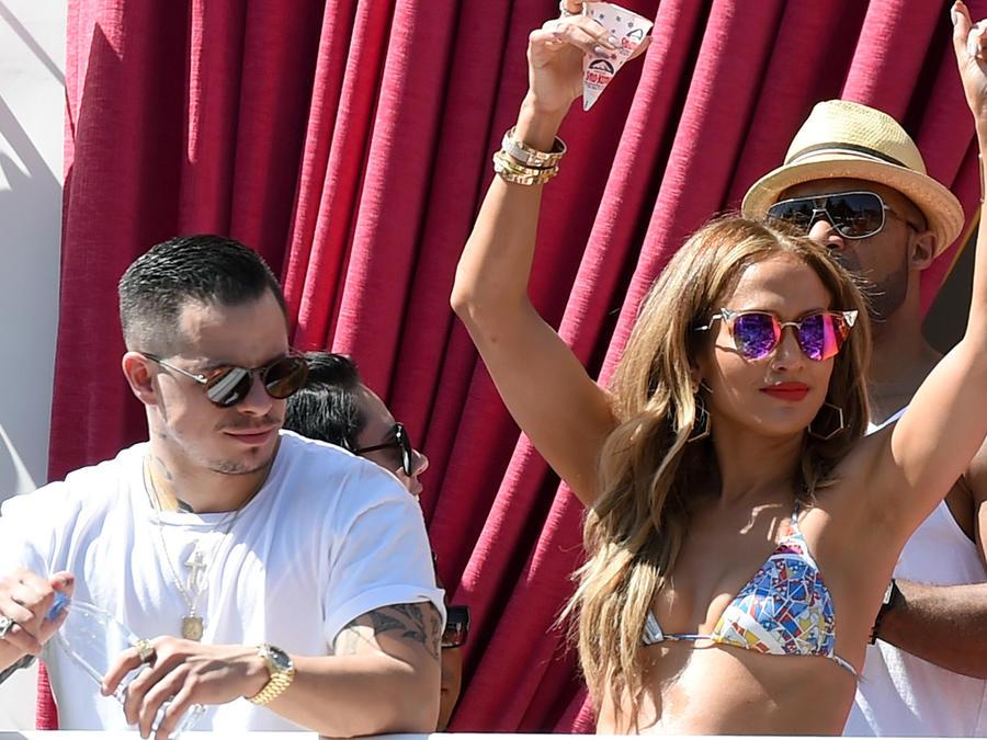 JLo luce cuerpazo en pool party en Las Vegas