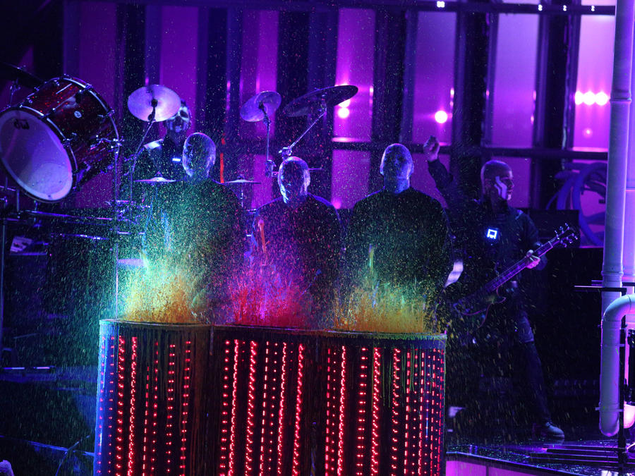 El Blue Man Group con los seis finalistas en la final de La Voz Kids 2016