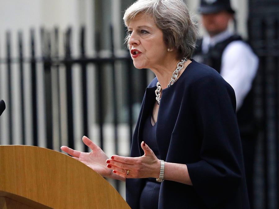 La nueva primera ministra británica, Theresa May, se dirige a los media tras su llegada a la que será su residencia oficial en 10 de Downing Street
