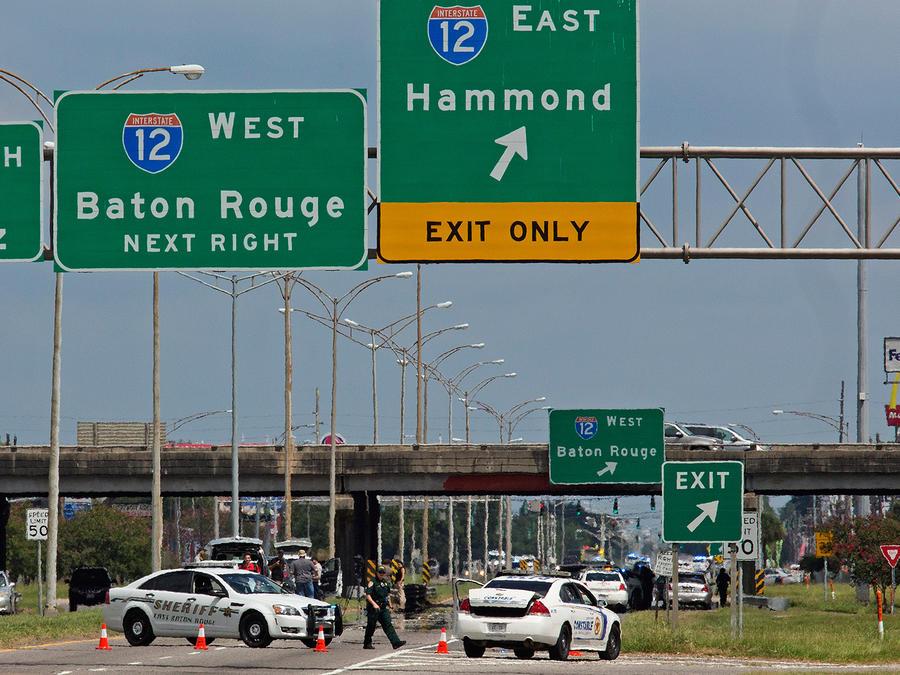 Policías de Baton Rouge bloquean la autopista Airline después de que tres agentes murieran tras tiroteo y al menos cuatro resultaran heridos el Domingo 17 de Julio del 2016