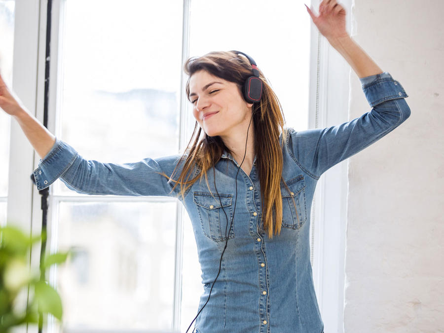 Mujer bailando en un apartamento