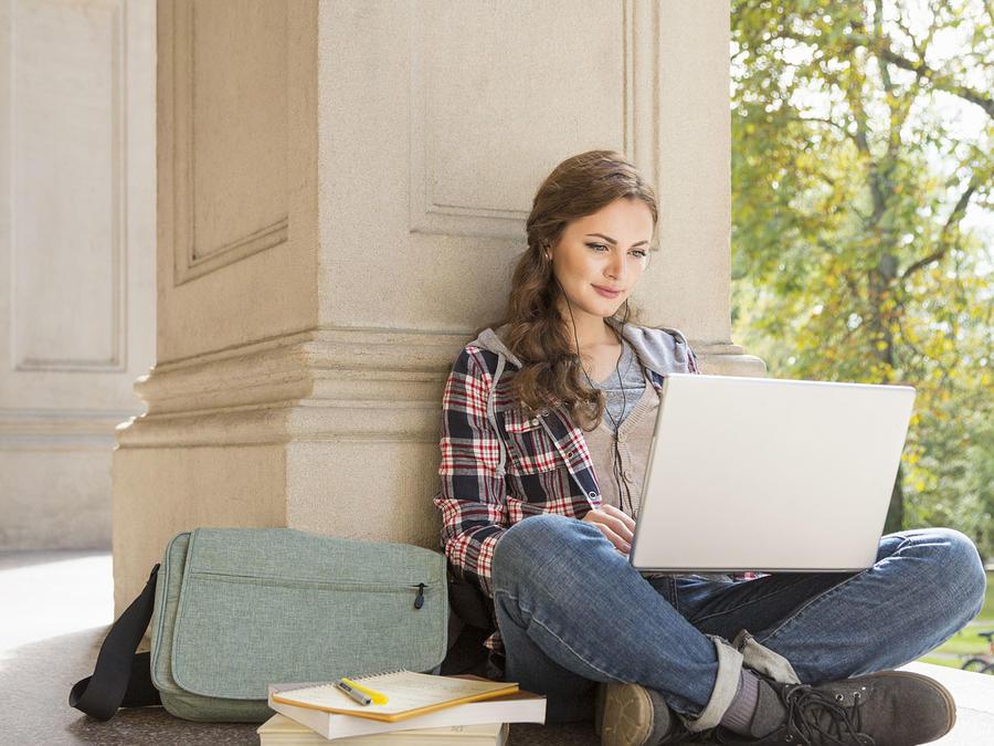 Estudiante universitaria con laptop