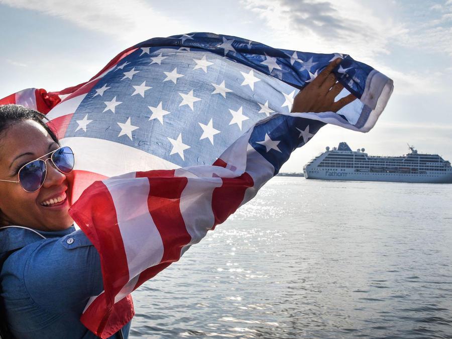 Una mujer saluda la llegada del primer crucero de EEUU a La Habana