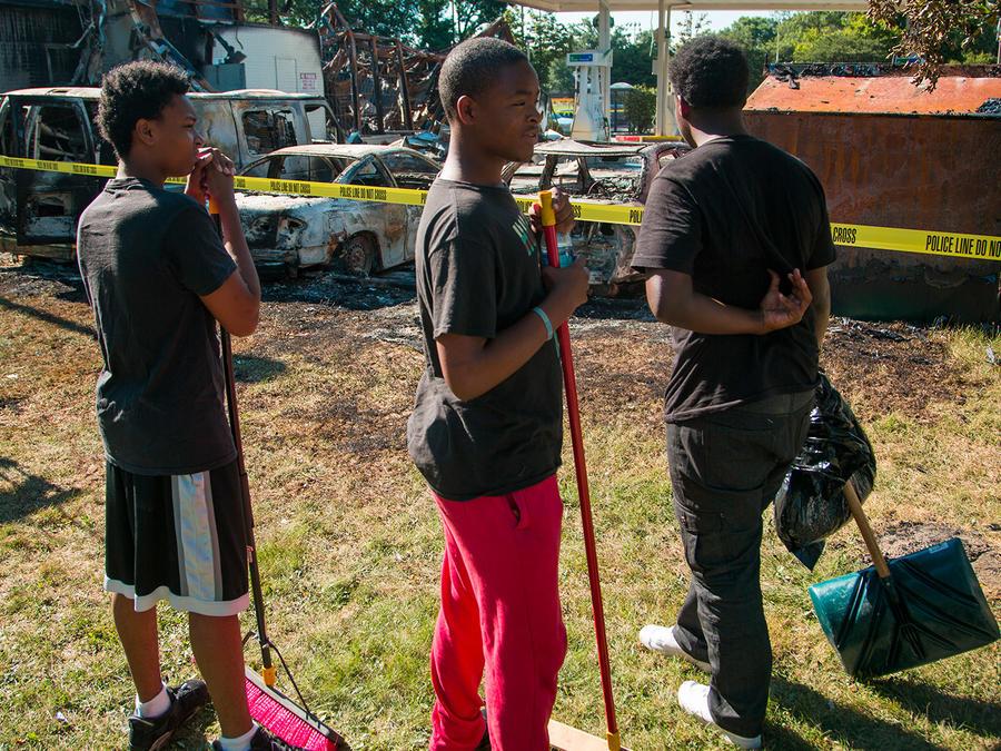 Residentes barren escombros tras violentas protestas en Milwaukee